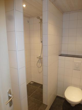 Entreprise Rozendaal, Nederlandse aannemer in de Morvan, Frankrijk. Badkamer, inbouwtoilet, douche.
