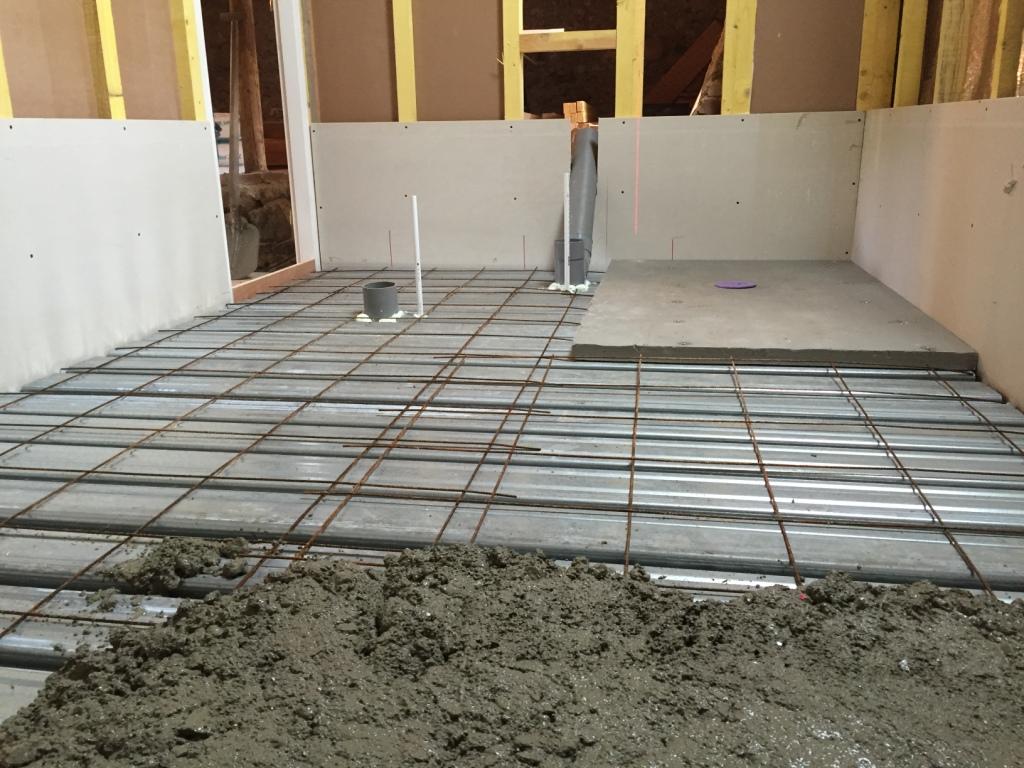 Er zijn verschillende manieren om een houten vloer te voorzien van een mogelijkheid om te tegelen, hier gebruiken we een zwaluwstaartvloer.
